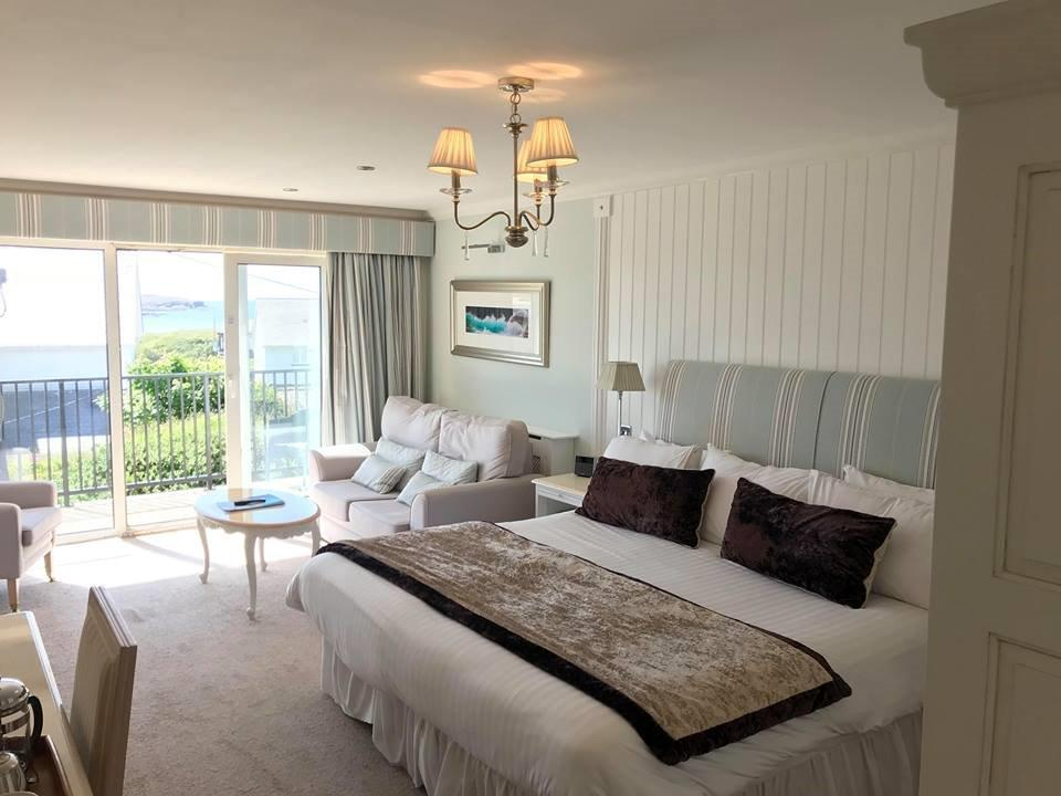 https://www.trearddurbayhotel.co.uk/wp-content/uploads/sites/4/2018/12/deluxe-twin-seaview-balc.jpg